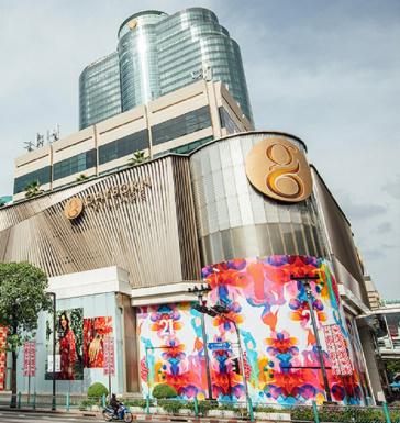 <!--O Gaysorn Village, shopping de luxo de Bangcoc, na Tailândia, vem promovendo transformações e focando na omnicanalidade e na experiência para se adequar às novas demandas dos consumidores. O complexo conta com duas torres comerciais com escritórios e está interligado ao hotel Intercontinental. Além disso, tem acesso direto ao skywalk, uma passarela que leva à estação Chidlom BTS, um meio de transporte aéreo da cidade.-->